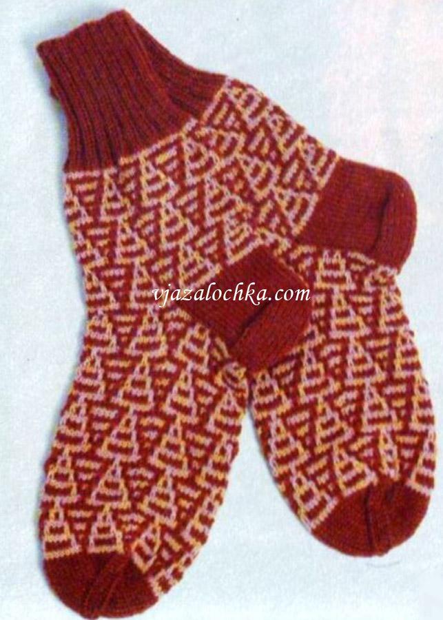 Женские двухцветные носки связаны спицами жаккардовым узором.
